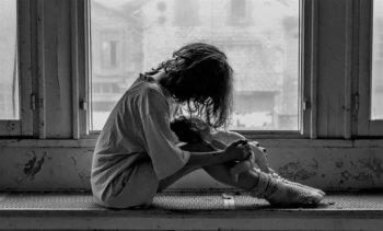 少女 孤独 モノクロ アリスの夜 鬱小説