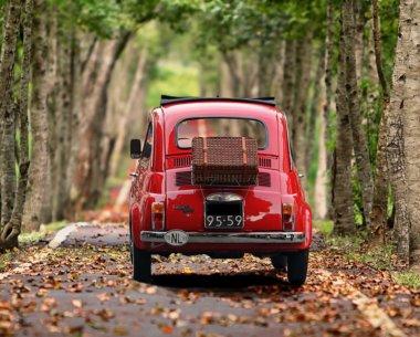 赤い小型の車
