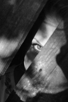 覗く 隙間から見る男 変態